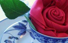 Quem disse que decorar a mesa é uma tarefa fácil? No caso de festas e casamentos, temos que pensar nas flores, nos centros e numa infinidade de detalhes. Porém, há uma maneira muito simples e criativa de solucionar esse problema: dobrando os guardanapos em formatos diferentes. Em O Ar