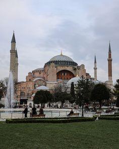 Die Hagia Sofia ist eine ehemalige byzantinische Kirche die bis 2020 als Museum genutzt wurde. Dieses Jahr wurde jedoch entschieden dass sie wieder in eine Moschee umgewandelt und nur mehr für muslimische Gebete geöffnet wird. Istanbul Sehenswürdigkeiten Highlights und Tipps für einen Tag am Blog. Auf unserem YouTube Kanal gibts auch ein Video. Folgt uns fur weitere Eindrucke auf @gindeslebensblog Hagia Sofia is a former Byzantine church that was used as a museum until 2020. However this… Youtube Kanal, Kirchen, Gin, Istanbul, Taj Mahal, Highlights, Museum, Building, Blog