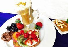 """""""Café com leite"""" com creme de abóbora e frutas."""