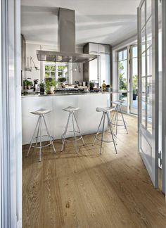 Kaunis puulaminaatti pääsee näyttävästi esiin valoisassa, modernissa keittiö- ja ruokailutilassa. Klikkaa kuvaa, niin näet tarkemmat tiedot!