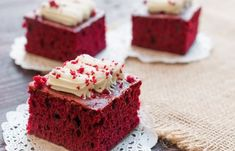 Make this red velvet snack cake without frosting for a delicious snack or frost it with cream cheese frosting or whipped cream for a decadent dessert. Red Velvet Brownies, Red Velvet Cake, Mini Cheesecake, Red Velvet Cheesecake, Cheesecake Brownies, Food Cakes, Bolo Red Velvet Receita, Cake Ingredients, Low Carb Desserts