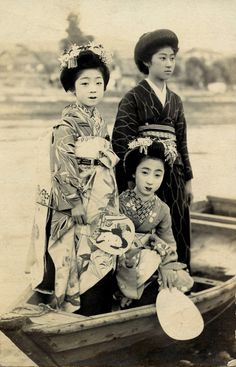 Geisha) in Fishing Net Kimono and two companions, Japan Vintage Pictures, Old Pictures, Old Photos, Japanese Photography, Old Photography, Japan Shop, Memoirs Of A Geisha, Japanese Kimono, Japanese Hair