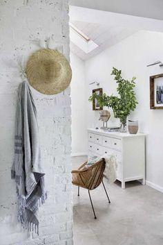 The white brick wall! Scandinavian Style, Scandinavian Cottage, Coastal Style, Coastal Living, Hygge, White Brick Walls, Interior Inspiration, House Plans, Relax
