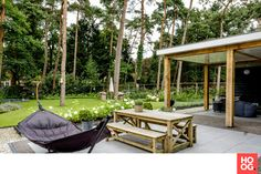 Buytenryck - Speelse villatuin - Hoog ■ Exclusieve woon- en tuin inspiratie. Garden In The Woods, Home And Garden, Pear Trees, Thatched Roof, Backyard, Patio, Entrance Gates, Outdoor Furniture Sets, Outdoor Decor