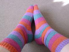 Lettilgængelig grundopskrft på sokker strikket på strømpepinde og uden magic loop. De er her strikket i almindeligt strømpegarn af uld på pinde 2½. Hobbies And Crafts, Diy And Crafts, Knitting For Beginners, Uld, Mittens, Ravelry, Knit Crochet, Stitch, Inspiration