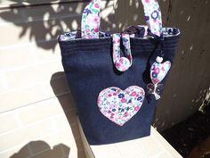 Lunch Bag de tecido (cores a escolher), alças reforçadas e botão forrado. Também fazemos outros tamanhos.