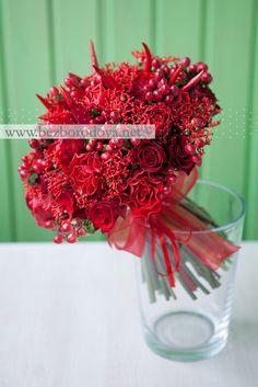 Красный свадебный букет с перцем и ягодами