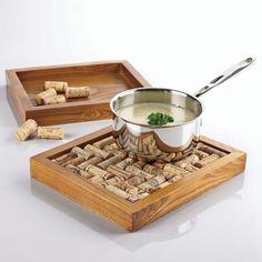 С такой подставкой для горячей сковороды или кастрюли всегда найдется место на кухне.   Фото: domidej.si.