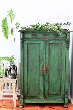 to paint a cupboard in green antique style ASCP Antibes Green Armoire Painted and Distressed.ASCP Antibes Green Armoire Painted and Distressed. Green Furniture, Old Furniture, Farmhouse Furniture, Refurbished Furniture, Paint Furniture, Shabby Chic Furniture, Repurposed Furniture, Furniture Projects, Cheap Furniture