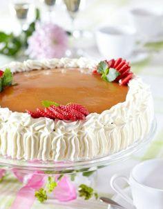 Täytekakkupohja   K-ruoka  Täytekakkupohjan salaisuus on huoneenlämpöiset kananmunat. Voit ottaa ne huoneenlämpöön jo valmistusta edeltävänä iltana. Jack Daniels Fudge, Vegan Wedding Cake, Scandinavian Food, Wedding Cakes With Cupcakes, Wedding Cake Inspiration, Something Sweet, Vanilla Cake, Vanilla Cupcakes, Cupcake Recipes
