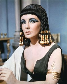 What's better than a pic of Elizabeth Taylor in a bob? A pic of Elizabeth Taylor in a Cleopatra bob, circa Cleopatra Makeup, Cleopatra Beauty Secrets, Queen Cleopatra, Egyptian Makeup, Egyptian Fashion, Egyptian Beauty, Ancient Beauty, Ancient Egypt Fashion, Elizabeth Taylor Cleopatra