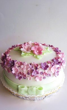 Idk why I'm pinning this I'm never going to make it but I thought this was such a pretty and cute cake