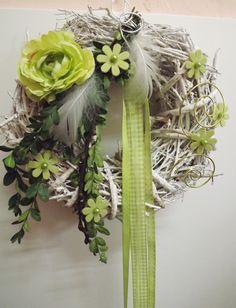 Türkränze - Türkranz,Frühlings-Grün-weiß,Ranunkel,Filzblüten - ein Designerstück von die-mit-den-blumen-tanzt bei DaWanda