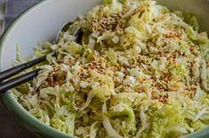 Knackiger Salat, herzhaftes Dressing & crunchiges Topping machen den schnellen YumYum Chinakohl Salat zu einem Familien Favorit. Ideal auch zum Grillbuffet.