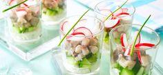 Hapje van maatjes en komkommer in een glaasje