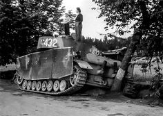 Civilians inspecting a abandoned Panzer 4 Ausf J with screen mesh defensive panels Jagdpanzer Iv, War Thunder, Military Pictures, Ww2 Tanks, World Of Tanks, Military Equipment, Military Weapons, German Army, World History