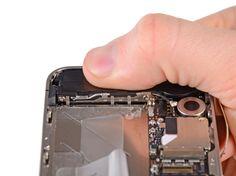 11. Før montering, så sørg for at rengøre alle metal-til-metal kontaktpunkter mellem Wi-Fi-antennens jordingsfingre og iPhone-coveret med et affedtningsmiddel som Windex eller isopropylalkohol. Olie på fingrene kan forårsage trådløse forstyrrelser.