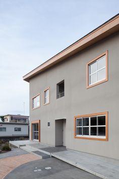 外観事例:外観(HA-HOUSE) もっと見る Modern Japanese Architecture, Facade Architecture, Japan Modern House, Cafe Interior Design, Grey Houses, Timber House, Construction Design, House Entrance, Japanese House