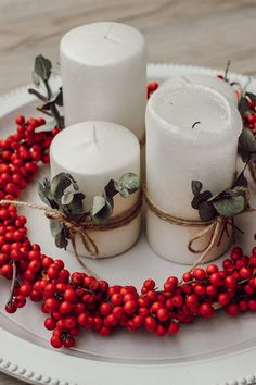 DIY: Adventskranz aus Illex und Eucalyptus | daisiesandglitter Christmas Time, Xmas, Advent Wreath, Diy Canvas Art, Hobby, Pillar Candles, Decoration, Flowers, Handmade