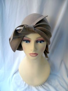 Unique and exclusive design for this 20s style cloché hat made in 100% wool…