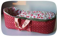 couffin pour les poupettes Sewing For Kids, Baby Sewing, French Tutorial, Doll Carrier, Baby Baskets, Couture Sewing, Waldorf Dolls, Plush Dolls, Fabric Dolls