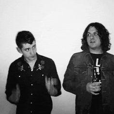 El estilo de Alex Turner sin duda es uno de los sellos de Arctic Monkeys. Qué dirías si te contamos que ahora ya quiere llevar su propio estilista a las giras? Entérate de los detalles en nuestra web...