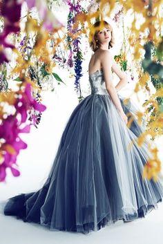 気品ある淡いブルーで上品さを演出。青の花嫁衣装の参考一覧♪