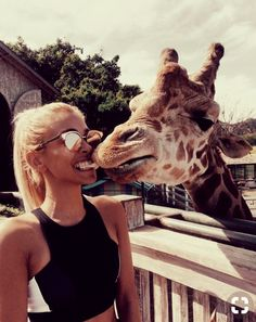 :) How cute!:) A giraffe is giving this young woman a kiss.:) I would also love to be kissed by a giraffe! Animals And Pets, Cute Animals, Foto Instagram, Foto Pose, Adventure Is Out There, Beautiful Creatures, Animal Kingdom, Cute Pictures, Travel Photography