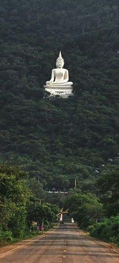 Estatua de Buda en el bosque Pak Chong, Nakhon Ratchasima - Korat, Tailandia. Parece surrealista.