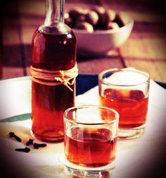Υλικά: 500 ml. ρακή, τσίπουρο ή τσικουδιά 2 κ.σ. μέλι 1 ξυλάκι κανέλας 2 καρφάκια γαρύφαλλο Εκτέλεση: Βάζουμε όλα τα υλικά σε μια κατσαρόλα και τα βράζουμε σε χαμηλή φωτιά. Ανακατεύουμε μέχρι να λιώσει το μέλι. Αφού πάρει βράση το μίγμα συνεχίζουμε για 1-2 λεπτά το Cookbook Recipes, Cooking Recipes, Christmas Drinks, Marmalade, Greek Recipes, Hot Sauce Bottles, Coco, Liquor, Alcoholic Drinks