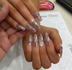 Chrome nails w/glitter accent. - Chrome nails w/glitter accent. Glam Nails, Hot Nails, Fancy Nails, Trendy Nails, Ongles Bling Bling, Rhinestone Nails, Bling Nails, Glitter Nails, Silver Glitter