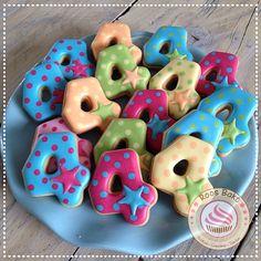 Treat cookies for a boy's 4th birthday. De stars on the cookies are Royal Icing transfers. Traktatie koekjes voor de 4e verjaardag van een jongen. Traktatie
