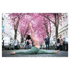 If you have EVER wanted to learn to do the splits - is your woman! The 𝟗 𝐃𝐚𝐲𝐬 𝐭𝐨 𝐭𝐡𝐞 𝐒𝐩𝐥𝐢𝐭𝐬 program, led by Katy on is currently available for 🆓🆓🆓 (fo Yoga Lyon, How To Do Splits, Paris, Yoga Meditation, Sport, Woman, Day, Deporte