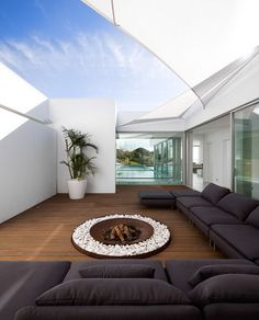 enclosed courtyard / Villa Escarpa / Mario Martins