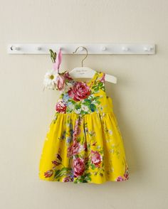 Our precious Ralph Lauren yellow, floral cotton sateen dress features a charming fit-and-flare silhouette.