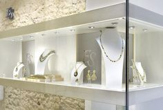 Shop windows of this week: Jewelry shop window, side view, on 6, rue Saint Florentin #finejewelry