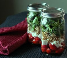 Tomato, fresh mozzarella, and baby spinach mason jar salad. salad in a jar recipes