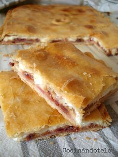 Empanada jugosa con bacon, queso y datiles Cake Flan, Quiches, Kitchen Recipes, Cooking Recipes, Venezuelan Food, Tacos And Burritos, I Foods, Mexican Food Recipes, Love Food