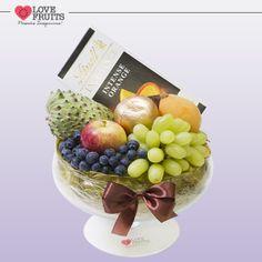 #ChocolatLove Delicada fruteira lisa recheada de nêsperas, maças, uvas, atemoia e uma deliciosa barra de chocolate Lindt Excellence Intense Orange! Doce presente!   Ganhar flores é maravilhoso. Ganhar LOVEFRUITS é maravilhoso e delicioso! SURPREENDA! http://www.lovefruits.com.br/