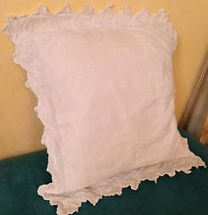 Housse-taie-d-039-oreiller-coussin-ancienne-pour-bebe-brodee-festonnee-main-qualite