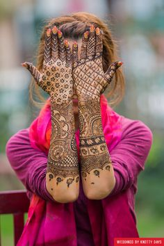 Looking for Modern bridal mehendi design with bride holding her hands up? Browse of latest bridal photos, lehenga & jewelry designs, decor ideas, etc. on WedMeGood Gallery. Bridal Henna Designs, Unique Mehndi Designs, Henna Designs Easy, Beautiful Henna Designs, Mehendi, Henna Mehndi, Mehandhi Designs, Heena Design, Mehndi Patterns