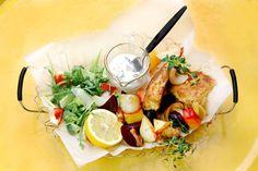 Knapperige schelvisfilet met wortelgroenten, augurkensaus en witlofsalade