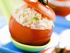 Perfekt für die nächste Grillparty! Tomate mit Quinoasalat gefüllt - smarter - Zeit: 25 Min. | eatsmarter.de