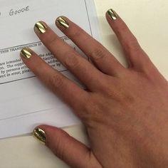 Las uñas cortas son también una excelente presentación para brillos metálicos craquelados, porque las uñas cortas se descascaran menos que las largas: | 21 encantadoras ideas para una manicura con uñas cortas
