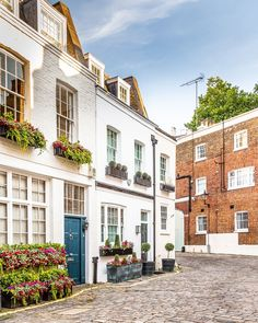 A pretty mews with lots of flowers and lovely houses in London's Belgravia.    #mews #house #belgravia #flowers #london
