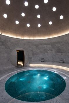 Eskisehir Hotel and Spa. Un ejemplo de diseño contemporáneo que no renuncia a lo esencial: mármol, iluminación indirecta y tinas de agua. Comentado por: Mabel Puche Interiorismo.