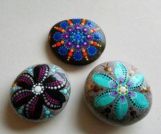 Hand Painted Beach Stein von den Ufern des Lake Erie von Miranda c  Punkt-Art-Beach-Stein  Größe: ca. 2 Zoll Farben: Weiß, Magenta, lila, violett, rosa, gelb, blau, Orange, Koralle Form: rund Medium: Wasserbasierte Acrylfarben Versiegelt/Protectant: Ja. mit Indoor/Outdoor UV Schutzmittel Lack - Glanz Technik: Pointillismus, Dotillism, Punkt Kunst  Setzen Sie etwas Farbe in Ihrem Leben oder ein fremdes!!!  Diese Steine sind ideal für einen besonderen Raum, zuhause, Büro, etc. dekorieren…