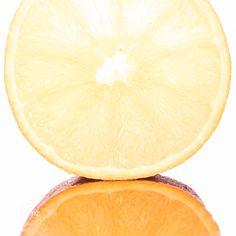 Frisse smakelijke sinaasappel, passend bij het voorjaar! #orange #sinaasappel #citrusvruchten #fris #voorjaar #macros #smaak #photography Macros, Lime, Orange, Fruit, Limes, Key Lime