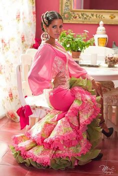 Not really my style, but I have to say I do like the pink and green together. Gypsy Dresses, Dance Dresses, Flamenco Dresses, Pink Fashion, Fashion Beauty, Fashion Dresses, Rosa Style, Spanish Dress, Flamenco Dancers