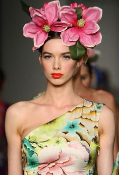 Runway trends 2019 just two but huge! The post Runway trends 2019 appeared first on Floral Decor. Moda Floral, Arte Floral, Nicholas Sparks, Bridal Fashion Week, Spring Fashion Trends, Fashion Ideas, Fashion Inspiration, Hairband, Floral Headdress